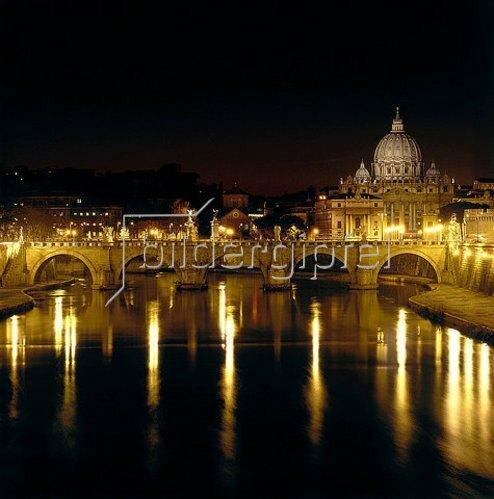 Römisch: Nachtansicht der Engelsbrücke und des Petersdoms in Rom. 134 n. Chr. (Engelsbrücke).