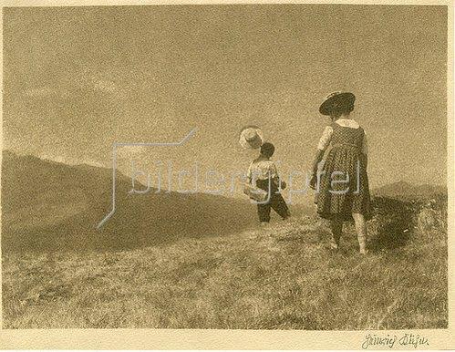 Heinrich Kühn: Ohne Titel (Landschaft mit Wanderern). Ca. 1906-1910.