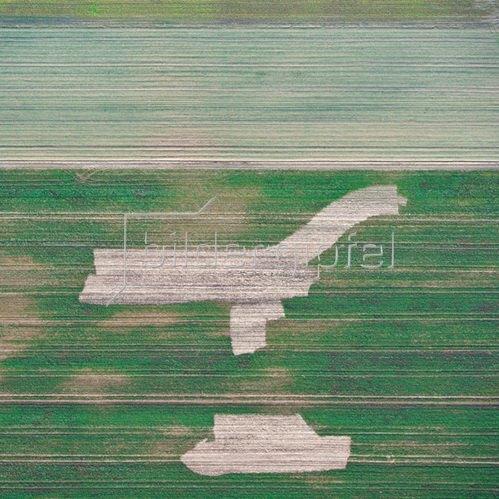 Günter Kozeny: Luftaufnahme, Unbekannte Zeichen