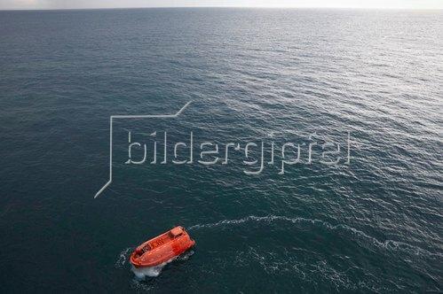 Hartmann / Banse: Contain Art / Pinselstrich auf dem Meer