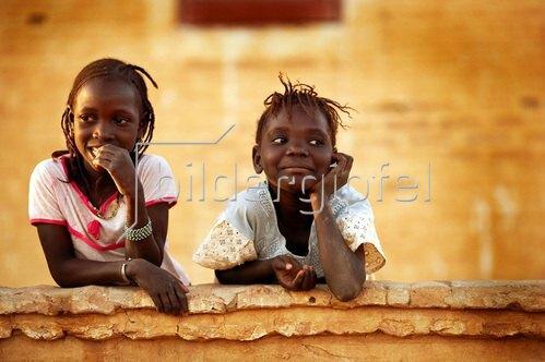 Horst A. Friedrichs: Africa /Mali/ Auf der Mauer, auf der Lauer: Diese beiden Mädchen posieren keck in Niafunke für den Fotografen.