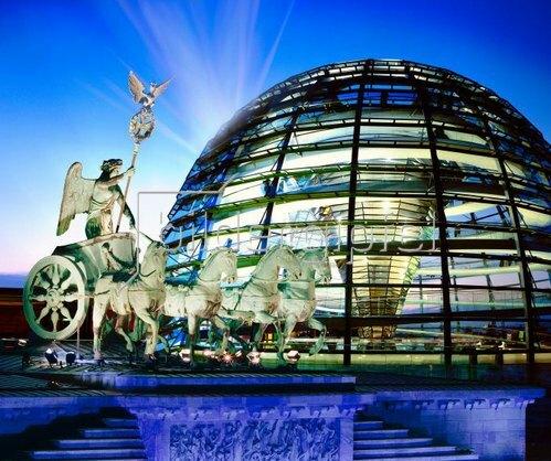 Reichstagkuppel mit Quadriga, Berlin, Deutschland