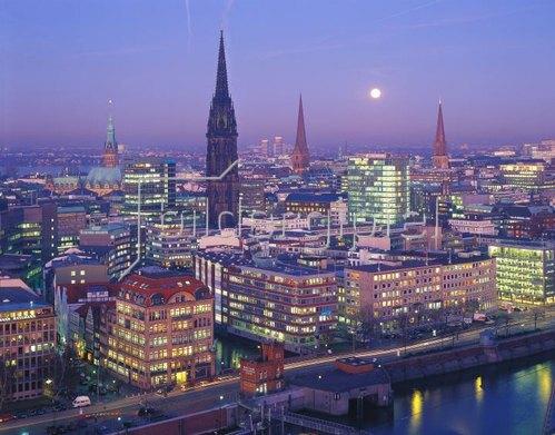 Stadtübersicht mit Kirchtürmen bei Nacht, Hamburg, Deutschland