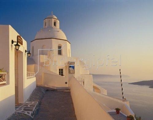 Kirche in Thira mit Blick in die Caldera, Insel Santorin, Kykladen, Griechenland