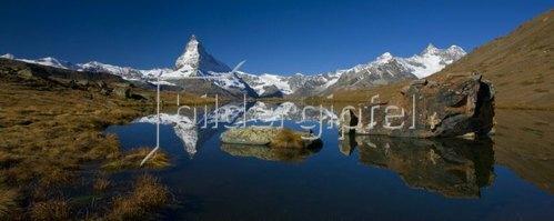 Blick vom Stellisee (2537 m) auf das Matterhorn (4478 m) bei Zermatt (1620 m), Kanton Wallis, Schweiz