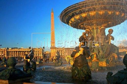 Brunnen auf der Place de la Concorde mit Obelisk, Paris, Ile de France, Frankreich