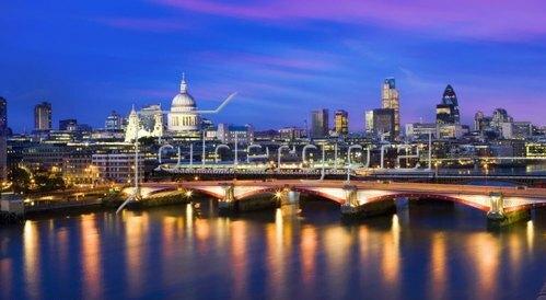 Blick über die Themse auf St. Paul's Cathedral und die Skyline von London, Südengland, Grossbritannien