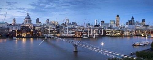 Blick auf die Millenium Brücke und die St. Paul's Cathedral in London, Südengland, Grossbritannien
