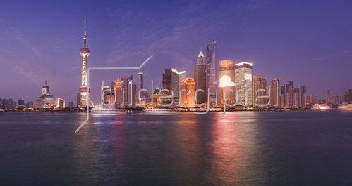 Blick vom Bund über den Huangpu Jiang zur Skyline von Shanghai, China