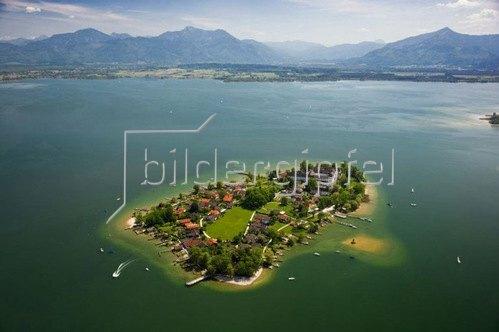 Blick auf die Fraueninsel im Chiemsee, Oberbayern, Bayern.