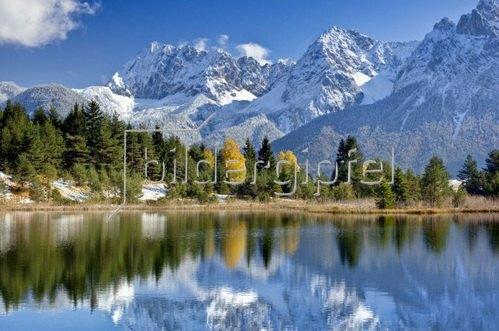 Luttensee gegen Karwendelgebirge bei Mittenwald