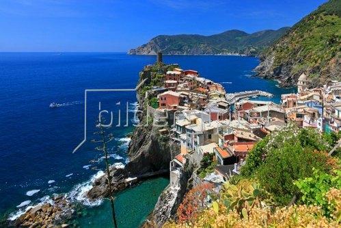 Küstenlandschaft mit Blick auf Vernazza, Italienische Riviera, Cinque Terre, Ligurien, Italien