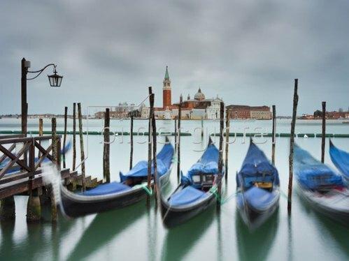Gondeln vor der Piazetta mit Blick zur Insel San Giorgio Maggiore, Venedig, Venetien, Italien