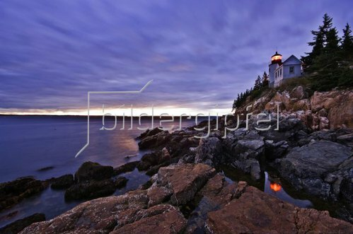 The Bass Harbor lighthouse at dusk, Mount Desert Island, Maine, Vereinigte Staaten, USA