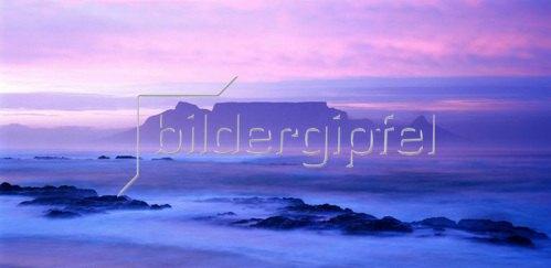 Blick auf die Tafelbucht mit Tafelberg und Kapstadt, West-Kap, Südafrika
