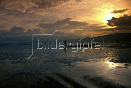Inle lake, leg-rowers in silhouette on lake, Myanmar, Birma