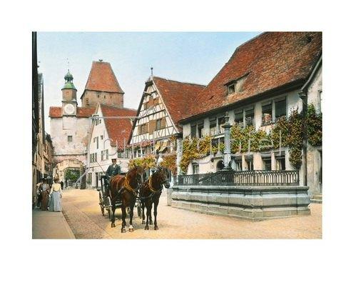 Bayern um 1900 in Farbe: Rothenburg ob der Tauber. Die Rödergasse mit Röderbogen und Markusturm. Bayern, Handkoloriertes Glasdiapositiv um 1905.