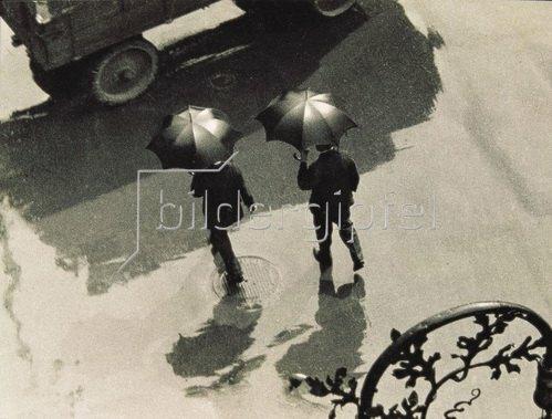Zwei Männer mit Regenschirm. Photographie 1931