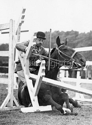Major de Chair in Schwierigkeiten bei einem Hindernis im Pacour der Princes Risborough Agricultur Show. Photographie. 1937.