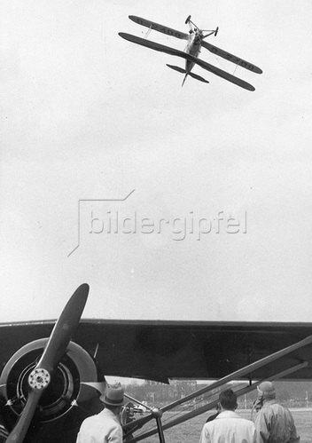 Grosses Flugzeugtreffen bei Vincennes mit mehr als 200.000 Besuchern. Die Photographie zeigt den Flug des Deutschen Piloten Angelis. Photographie um 1930