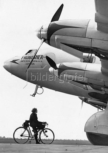 """Das Flugzeug """"Frobisher"""" der Imperial Airways bei Croydon, England. Photographie um 1930"""