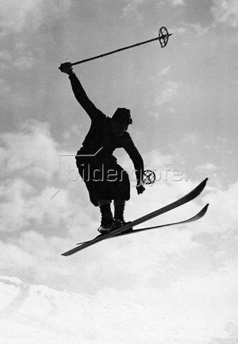 Ab! Skifahrer in luftiger Höhe. Um 1930.