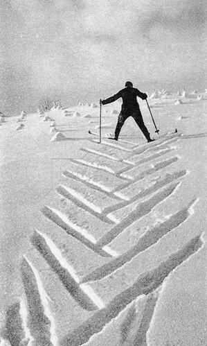 Skifahrer hinterlässt seine Spuren im Schnee. Photographie um 1930.