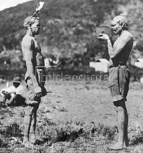Photographierender Aboriginal von den Palm Islands, nahe der Küste North Queenslands, Australien. Photographie, um 1930.