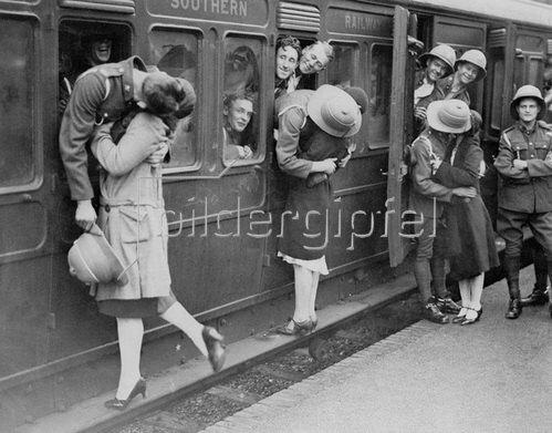 Soldaten in Felthan Station verabschieden sich kurz vor der Abreise nach Ägypten von ihren Mädchen. 23.09.1930