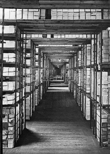Blick in eines der gewaltigen Rohlager von Reclams Universal Bibliothek. Photographie, um 1930. Deutschland.