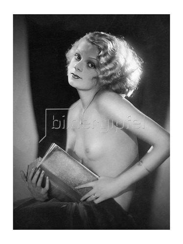 Manassé: Ein Halbaktmodell posiert mit einem Buch in der Hand, um 1930