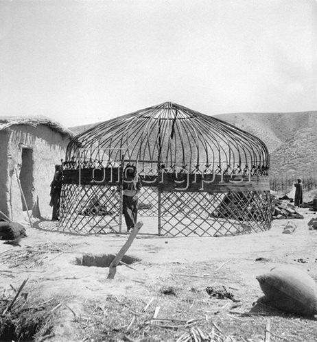 Rohbau einer Turkmenenbehausung im Iran. Photographie, um 1930.