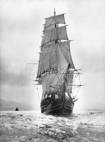 """Das Schiff ist ein präzise nachgebildetes Modell der berühmten Bounty, das für den Film von Charles Nordhoff  'Meuterei auf der Bounty"""" gebaut wurde. Die Photographie wurde bei Santa Catalina Island aufgenommen. Photographie. Um  1930."""