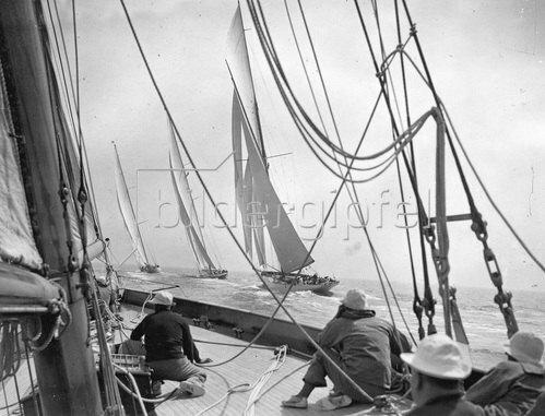 Die Shamrock V. mit vollen Segeln, während des grossen Yachtrennens in Harwich, photographiert vom Deck der Yacht 'Canadia'. Photographie um 1930