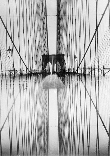 Die Brooklyn Bridge spiegelt sich und erscheint auf diese Weise doppelt. Photographie, um 1930