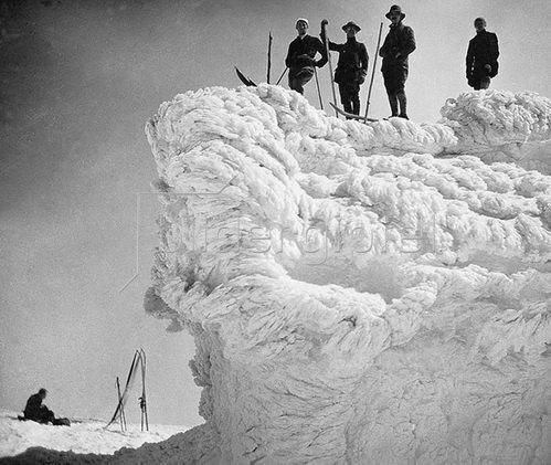 Skirast auf einer skurrilen Schneewechte. Um 1920