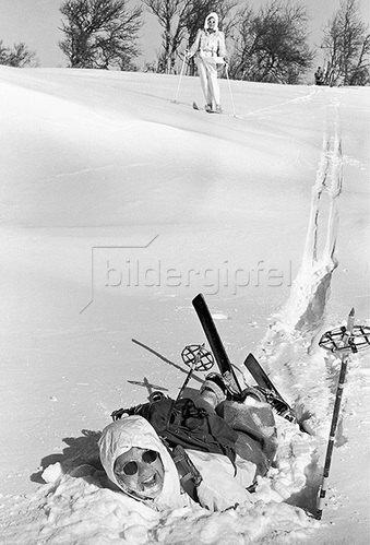 Wie man hier sieht, ist für einige selbst das Stürzen im Pulverschnee eine Freude. Fotografie. Um 1935.