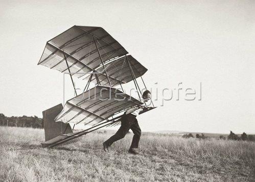 Fliegen. Das Volks-Segelflugzeug des deutschen Segelflugkonstrukteurs Hans Richter mit einer Spannweite von 5 m, 40 qm Fläche und 14 kg Gewicht. Hans Richter beim Start durch blossen Anlauf gegen den Wind. Photographie. Um 1930.
