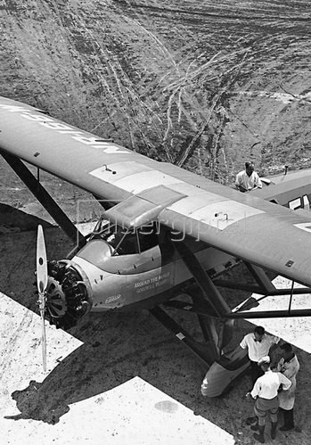Theodore S. Lundgren bei den letzten Vorbereitungen in Los Angeles für seinen Rund um die Erde Flug. Photographie um 1930