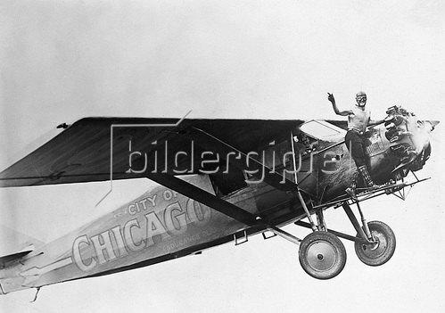 Die Brüder John und Kenneth Hunter bei ihrem Dauerflugrekord. Photographie. Um 1930.