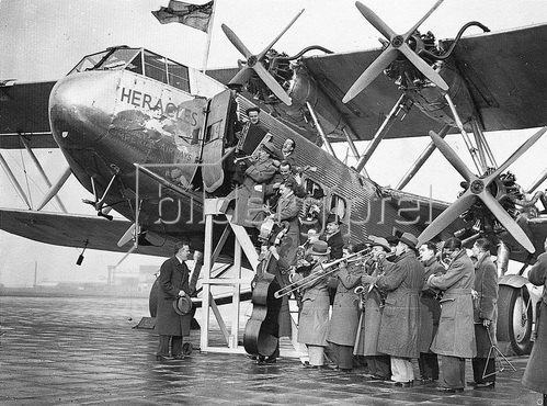 Der Musiker Jack Hylton und seine Band gaben in einem Flugzeug über London ein Konzert um einen neuen transmisionsapparat der Post zu testen.Photographie. 1933