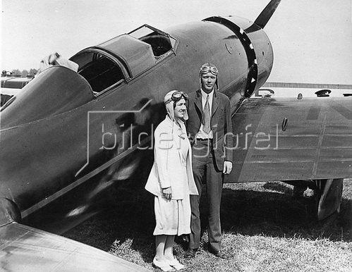 Charles Lindbergh und seine Frau, die Schriftstellerin Anne Morrow Lindbergh präsentieren sich knapp nach ihrer Ankunft bei den National Air Races der Kamera. Photographie. Um 1930.