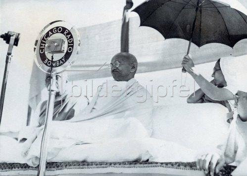 Mahatma Gandhi eröffnet die All-India Swades Ausstellung in Vithalnagar, Haipura in Indien. Photographie. 1938.
