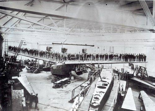 Belastungsprobe mit 97 Mann für die Tragflächen eines Ozeanflugbootes. Photographie um 1930.