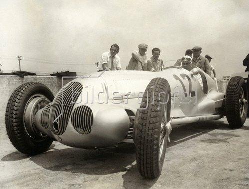 Der deutsche Rennfahrer Rudolf Caracciola in einem Mercedes. Roosevelt Raceway. USA. Photogaphie. 1937.