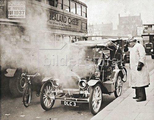 Automobil von 1904 auf den Strassen Londons. Photographie. 1937