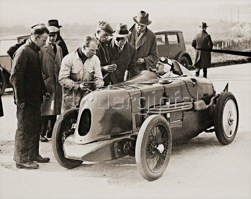 Geschwindigkeits-Weltrekord für kleine Autos gebrochen. Brooklands, England.