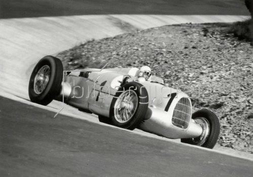 Der deutsche Rennfahrer Rosemeyer auf Auto-Union auf dem Nürburgring. Photographie. Um 1930.