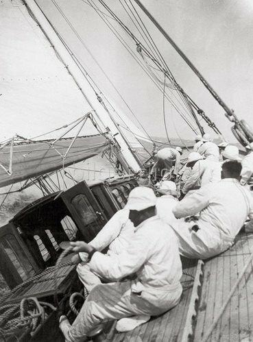 """Die Crew der Yacht """"Candida"""" beim Manöver während der Harwich Yacht-Club Regatta. England. 04.06.1934."""