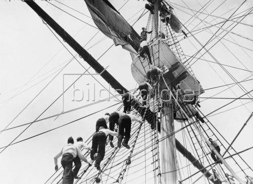 """Kadetten in der Takelage des Segelschulschiffes """"Worcester"""". Um 1930."""